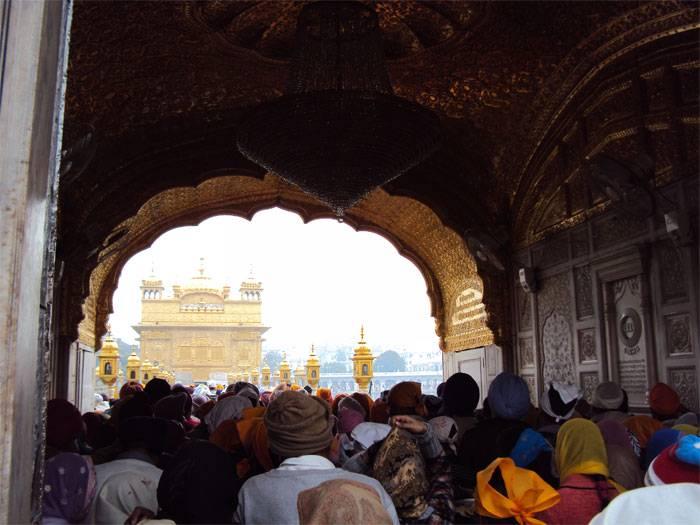 La foule qui attend devant le temple