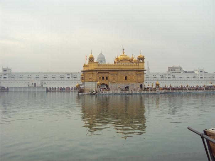 Le Temple Doré ou Swarn Mandir, au milieu du lac, Talab en hindi