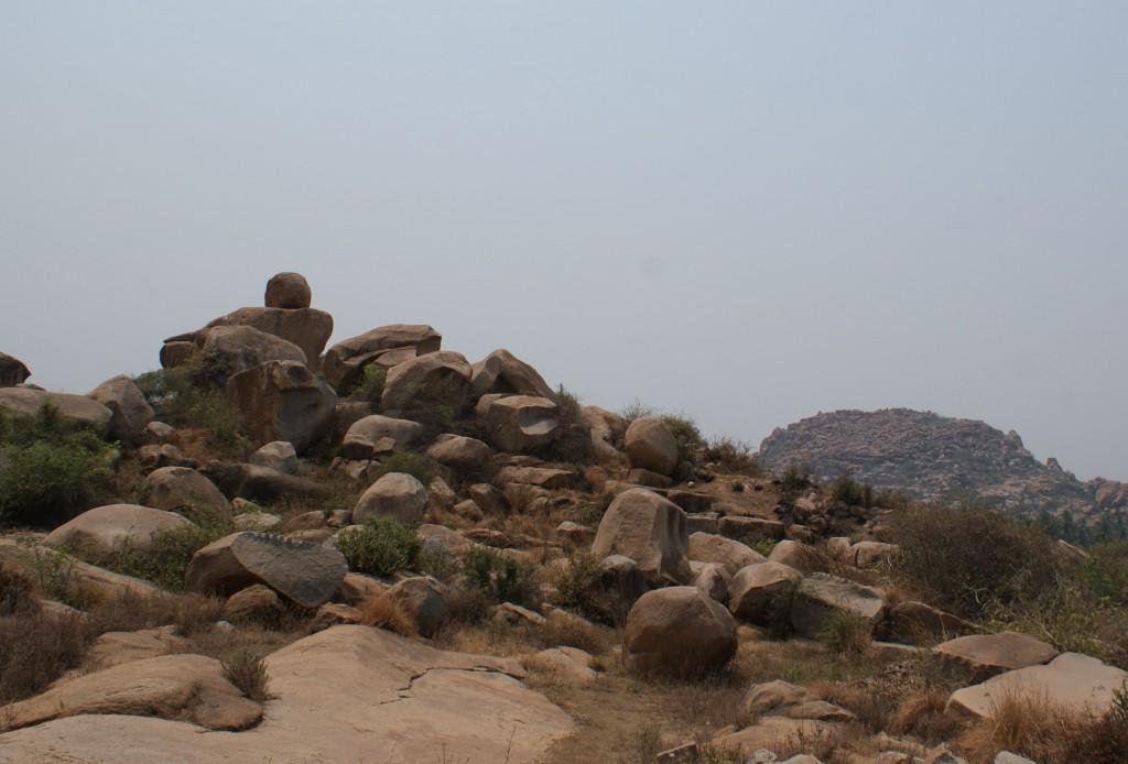 Les rochers ronds sous le ciel brûlant