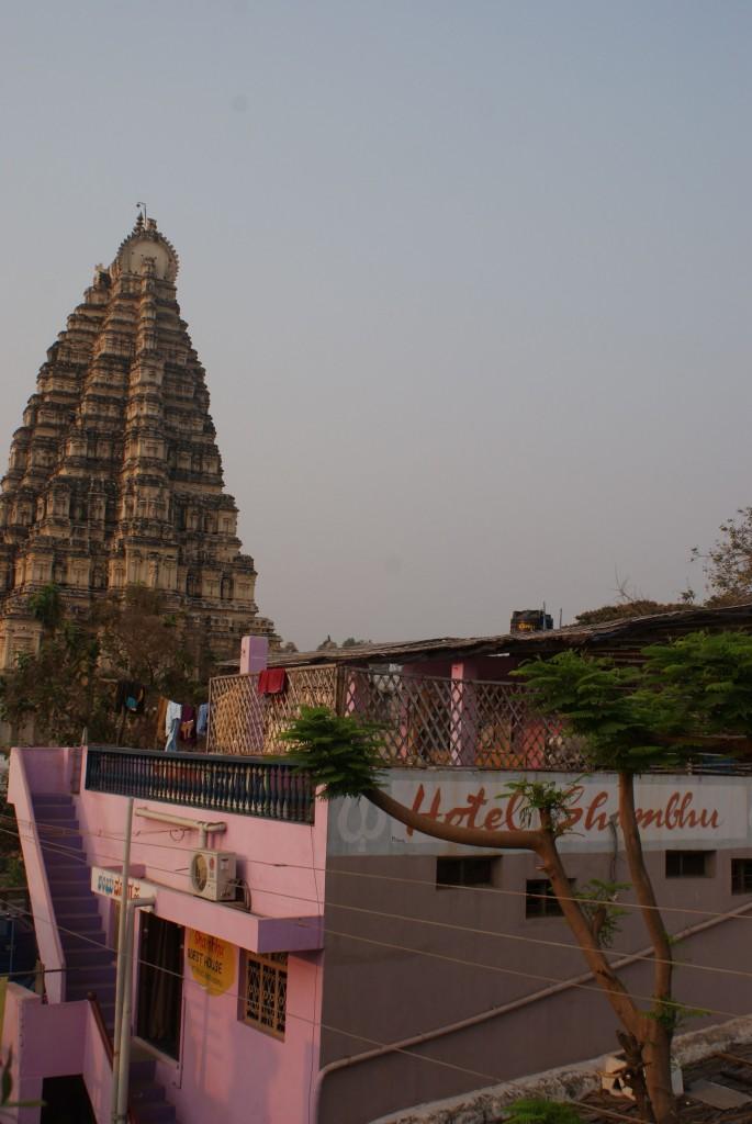 Temple et les Guest Houses qui le bordent : on se posait sur la terrasse de ces hôtels le soir pour profiter de l'air frais